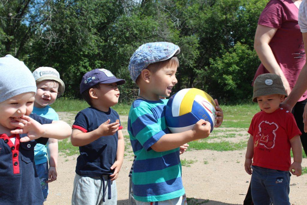 Подвижная детская игра с мячом Инвалид или Калека 21 века