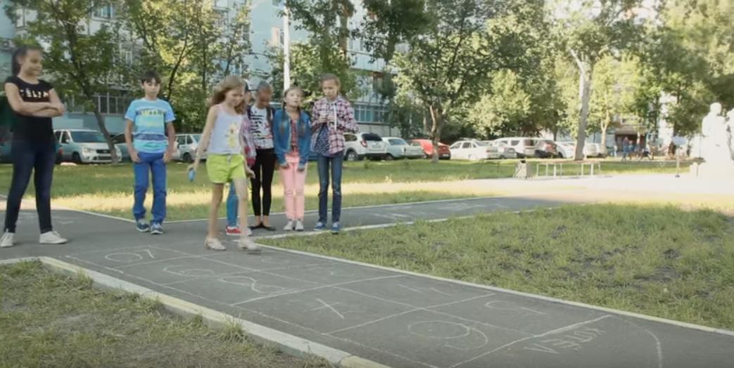Классики с биткой - любимая игра для девочек 6-10 лет