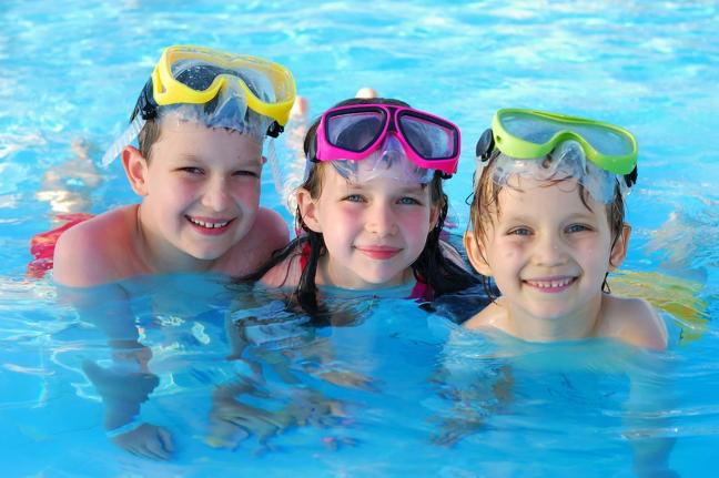 Игры в воде на пляже. Как научить ребенка плавать