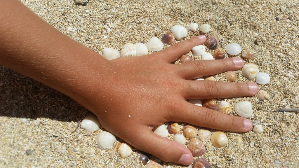 """Игры на пляже для двоих. """"Бомбочки"""", зарытые в песке"""