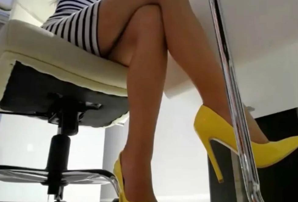 vizovu-domoy-skritaya-kamera-pod-stolom-nozhki-zhenshin